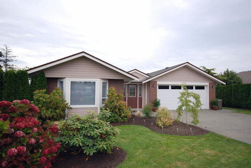 Main Photo: 1282 Geric Pl in Victoria: Residential for sale : MLS®# 269222