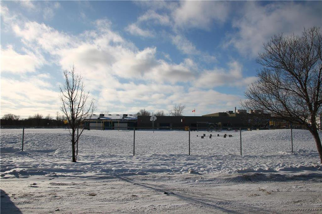 Photo 3: Photos: 32 Bluewater Crescent in Winnipeg: Southdale Residential for sale (2H)  : MLS®# 202002479