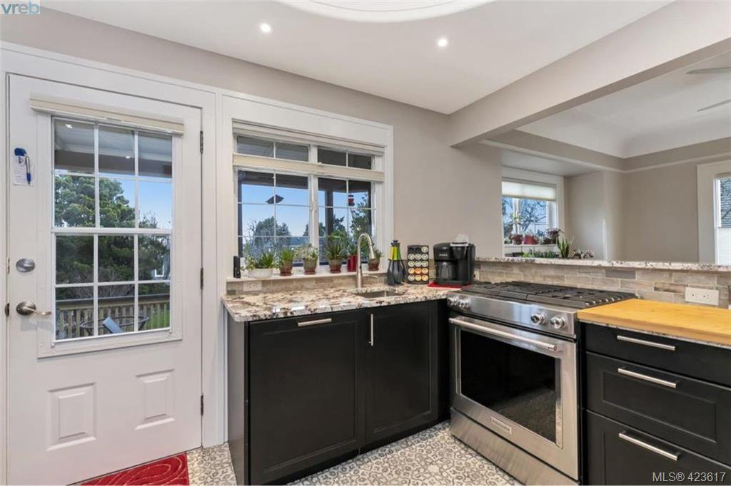 Photo 11: Photos: 1245 Oscar Street in VICTORIA: Vi Fairfield West Single Family Detached for sale (Victoria)  : MLS®# 423617