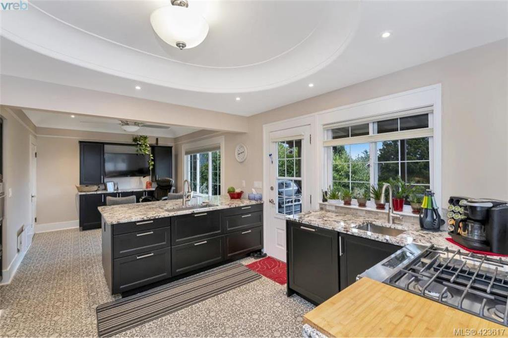 Photo 7: Photos: 1245 Oscar Street in VICTORIA: Vi Fairfield West Single Family Detached for sale (Victoria)  : MLS®# 423617