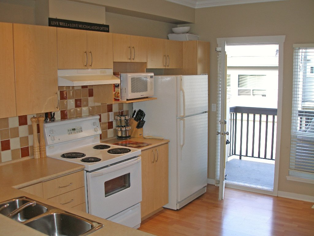 """Photo 7: Photos: 1 - 15065 58th Avenue in Surrey: Sullivan Station Townhouse for sale in """"Sprinhill"""" : MLS®# F1026512"""