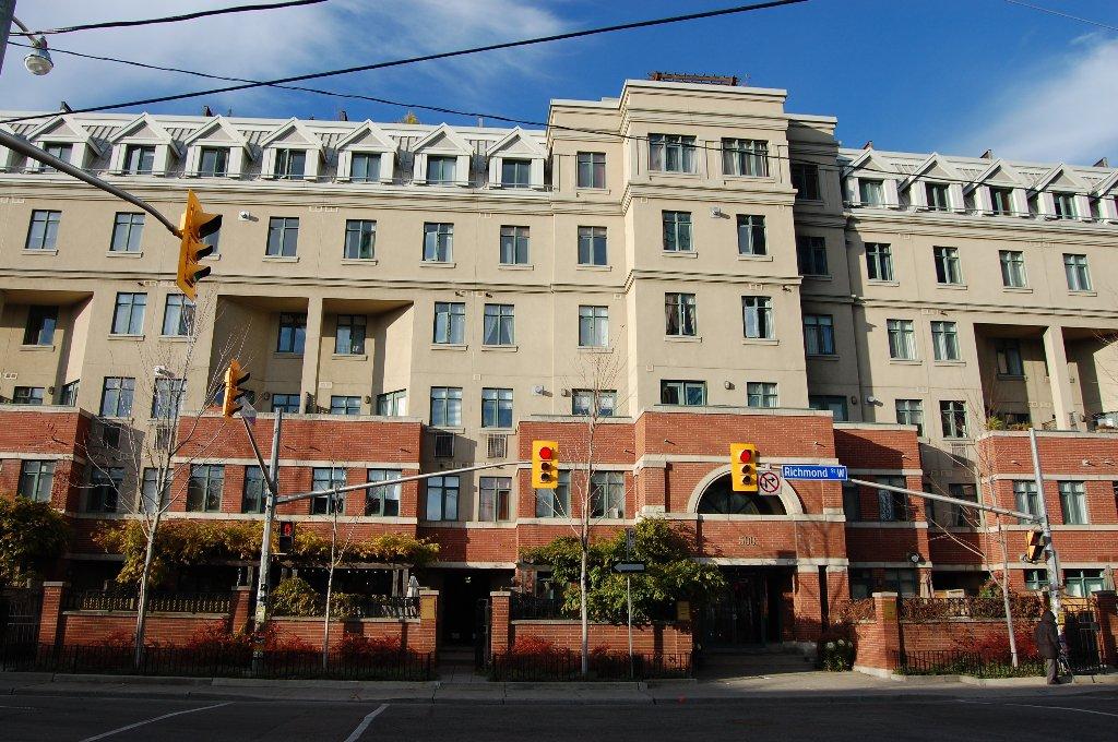 Main Photo:  in Toronto: Condo for sale : MLS®# C1993647