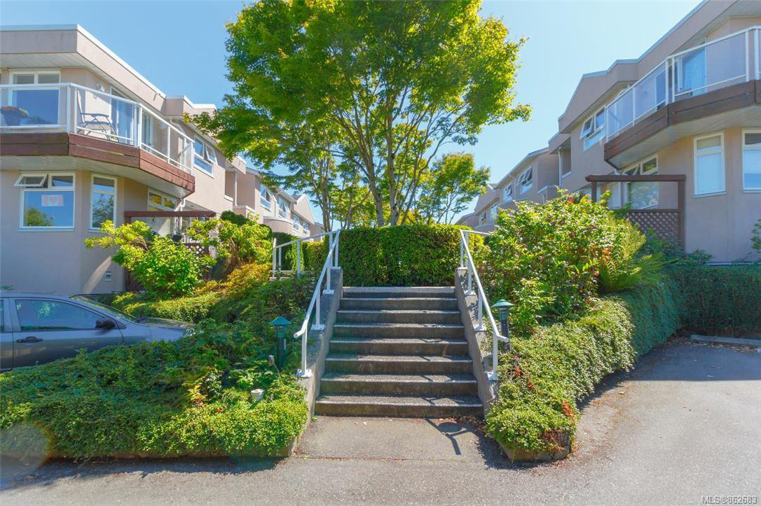 Main Photo: 9 478 Culduthel Rd in : SW Gateway Row/Townhouse for sale (Saanich West)  : MLS®# 862683
