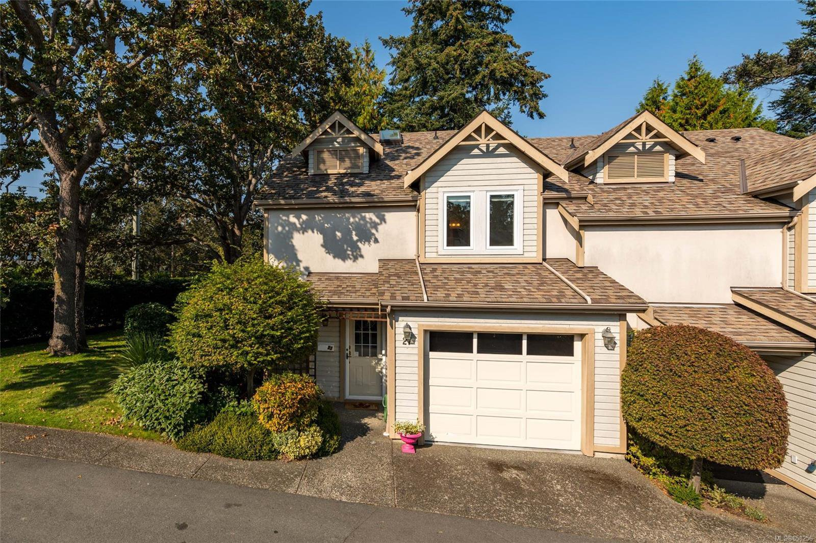 Main Photo: 27 3947 Cedar Hill Cross Rd in : SE Cedar Hill Row/Townhouse for sale (Saanich East)  : MLS®# 858256