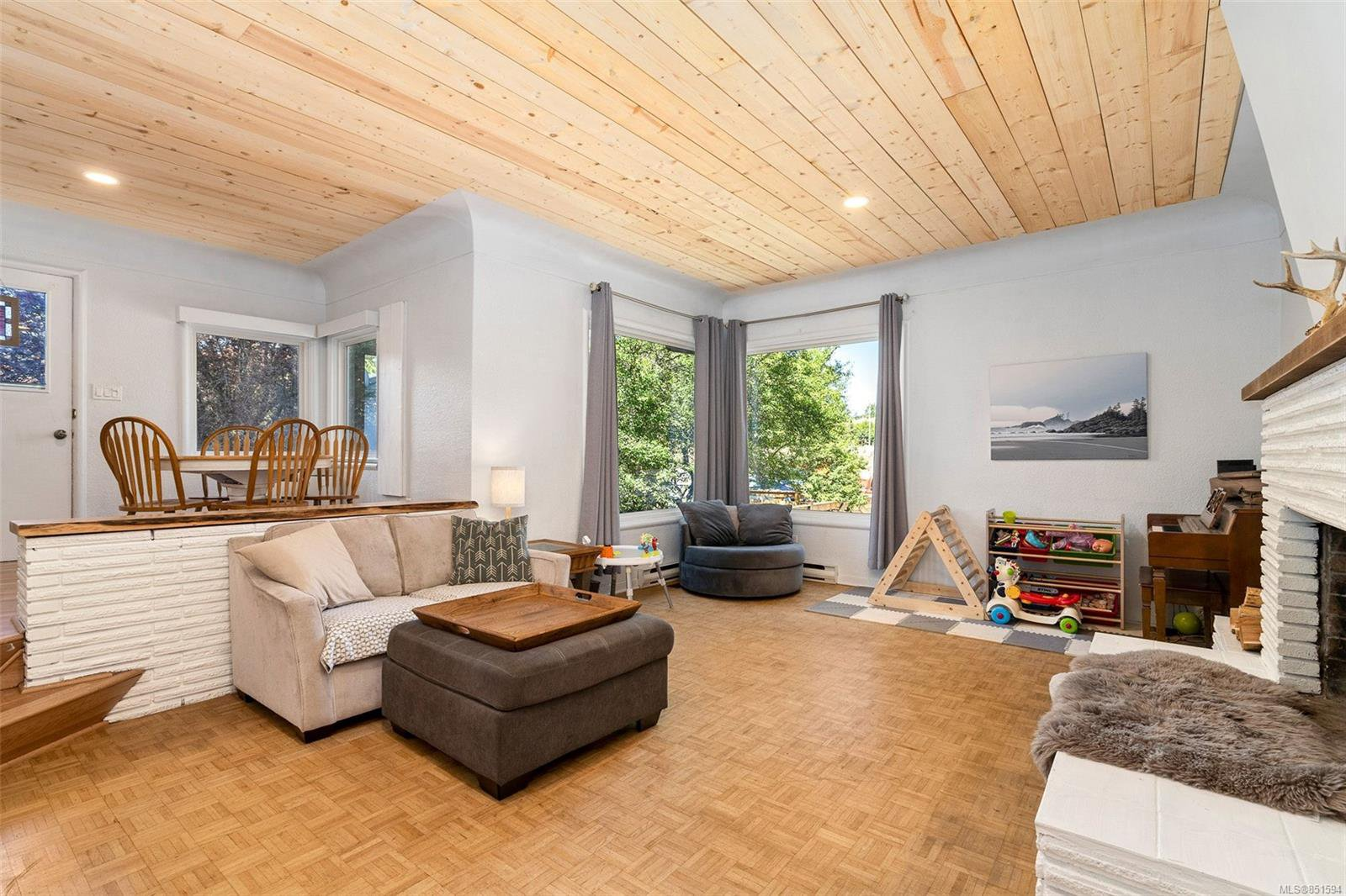 Main Photo: 1480 Finlayson Pl in : Vi Oaklands House for sale (Victoria)  : MLS®# 851594