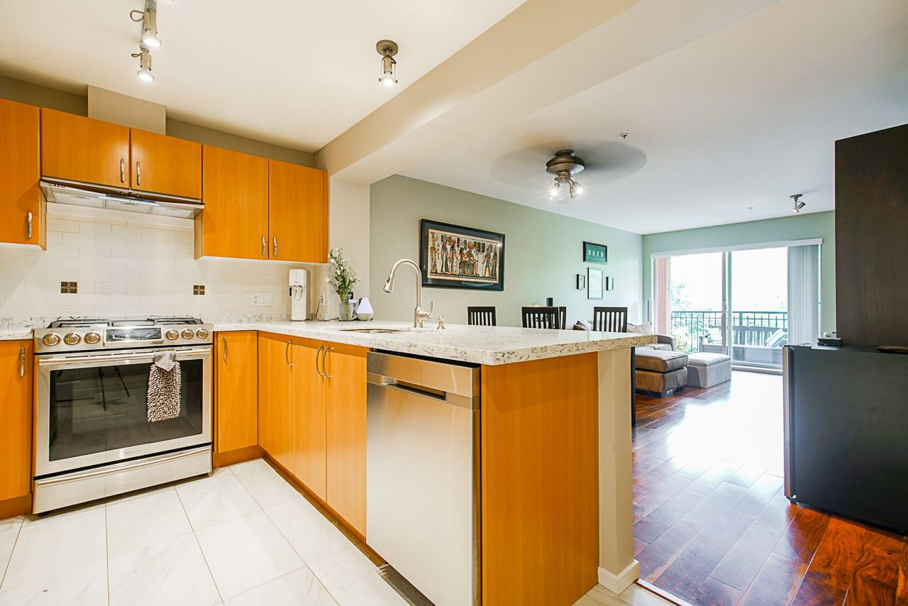 "Main Photo: 313 200 KLAHANIE Drive in Port Moody: Port Moody Centre Condo for sale in ""SALAL"" : MLS®# R2505516"