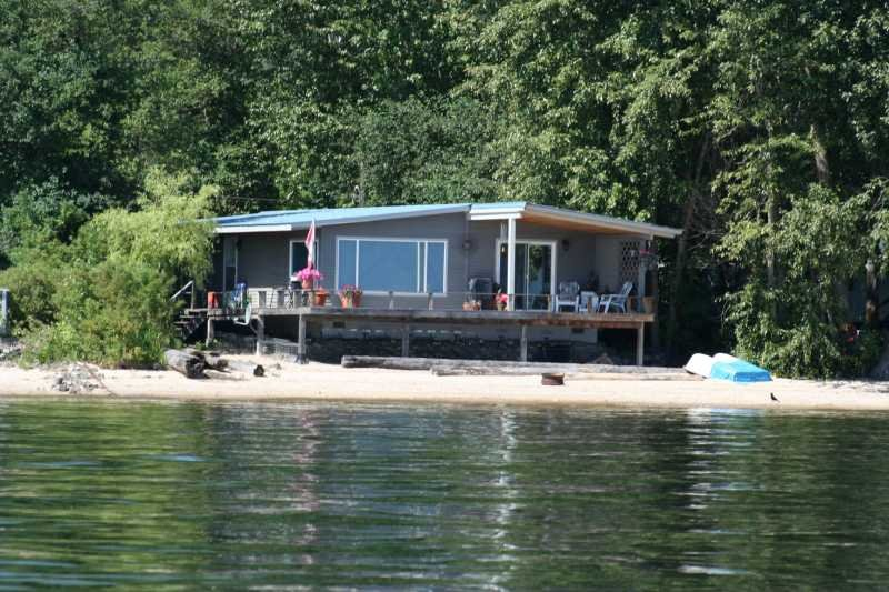 Main Photo: 5048 Pierre's Point Road in Salmon Arm: Waterfront Residential Detached for sale : MLS®# 9174163