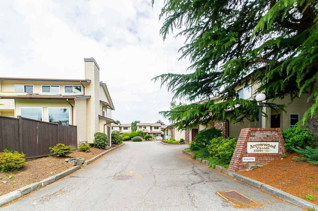 "Main Photo: 2 33951 MARSHALL Road in Abbotsford: Central Abbotsford Townhouse for sale in ""Arrow Wood"" : MLS®# R2469417"