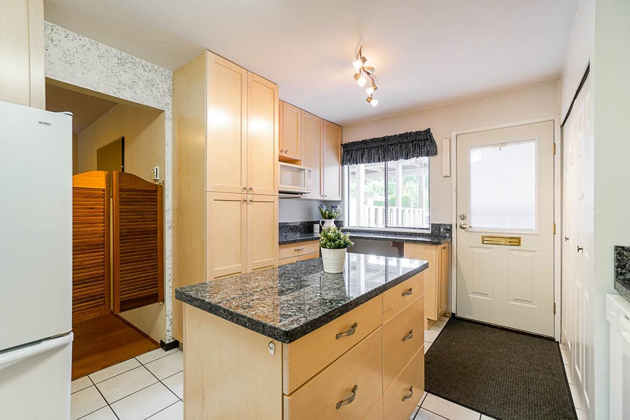 """Photo 4: Photos: 69 8555 KING GEORGE Boulevard in Surrey: Queen Mary Park Surrey Townhouse for sale in """"BEAR CREEK VILLAGE"""" : MLS®# R2397033"""