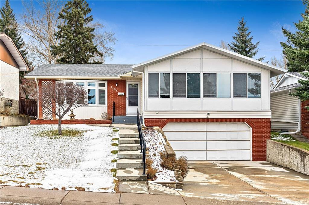 Main Photo: 7104 SILVERVIEW Road NW in Calgary: Silver Springs Detached for sale : MLS®# C4275510