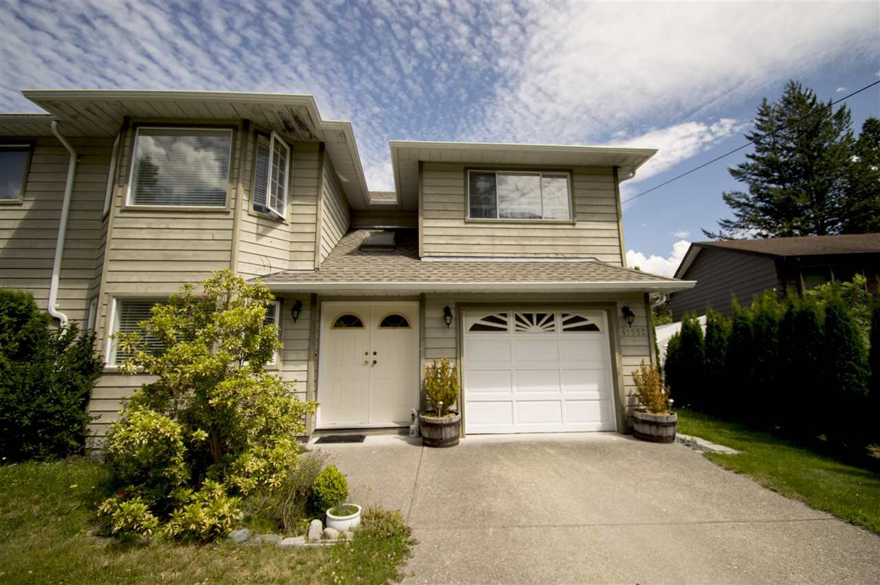 Main Photo: 41552 RAE Road in Squamish: Brackendale House 1/2 Duplex for sale : MLS®# R2391557