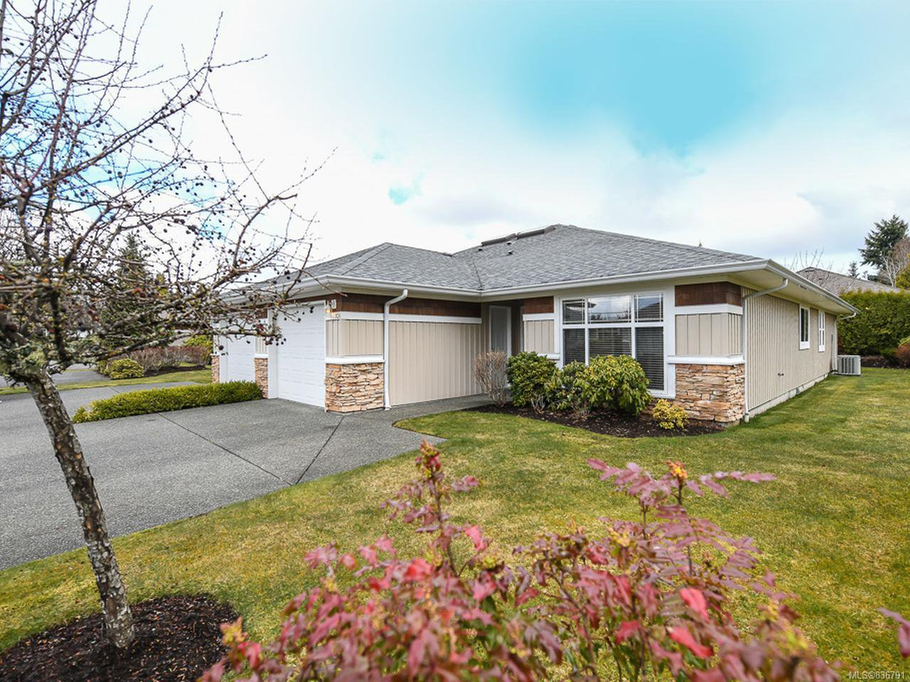 Main Photo: 106 2077 St Andrews Way in COURTENAY: CV Courtenay East Row/Townhouse for sale (Comox Valley)  : MLS®# 836791