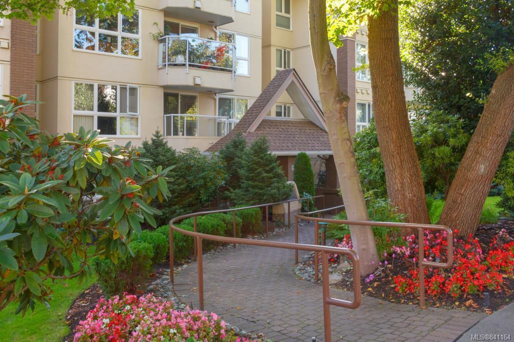 Main Photo: 203 1501 Richmond Ave in Victoria: Vi Jubilee Condo for sale : MLS®# 841164