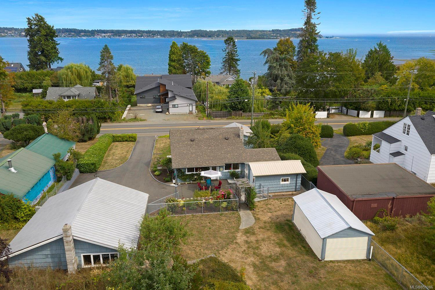 Main Photo: 3945 S Island Hwy in : CV Courtenay South House for sale (Comox Valley)  : MLS®# 851086