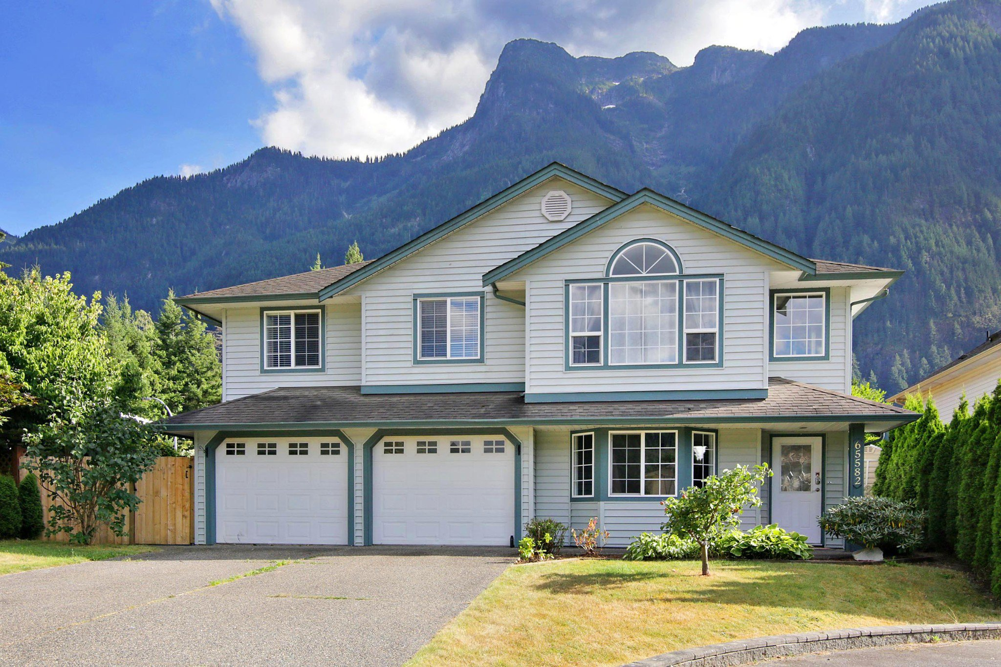 Main Photo: 65582 MOUNTAIN ASH Drive in Hope: Hope Kawkawa Lake House for sale : MLS®# R2485539
