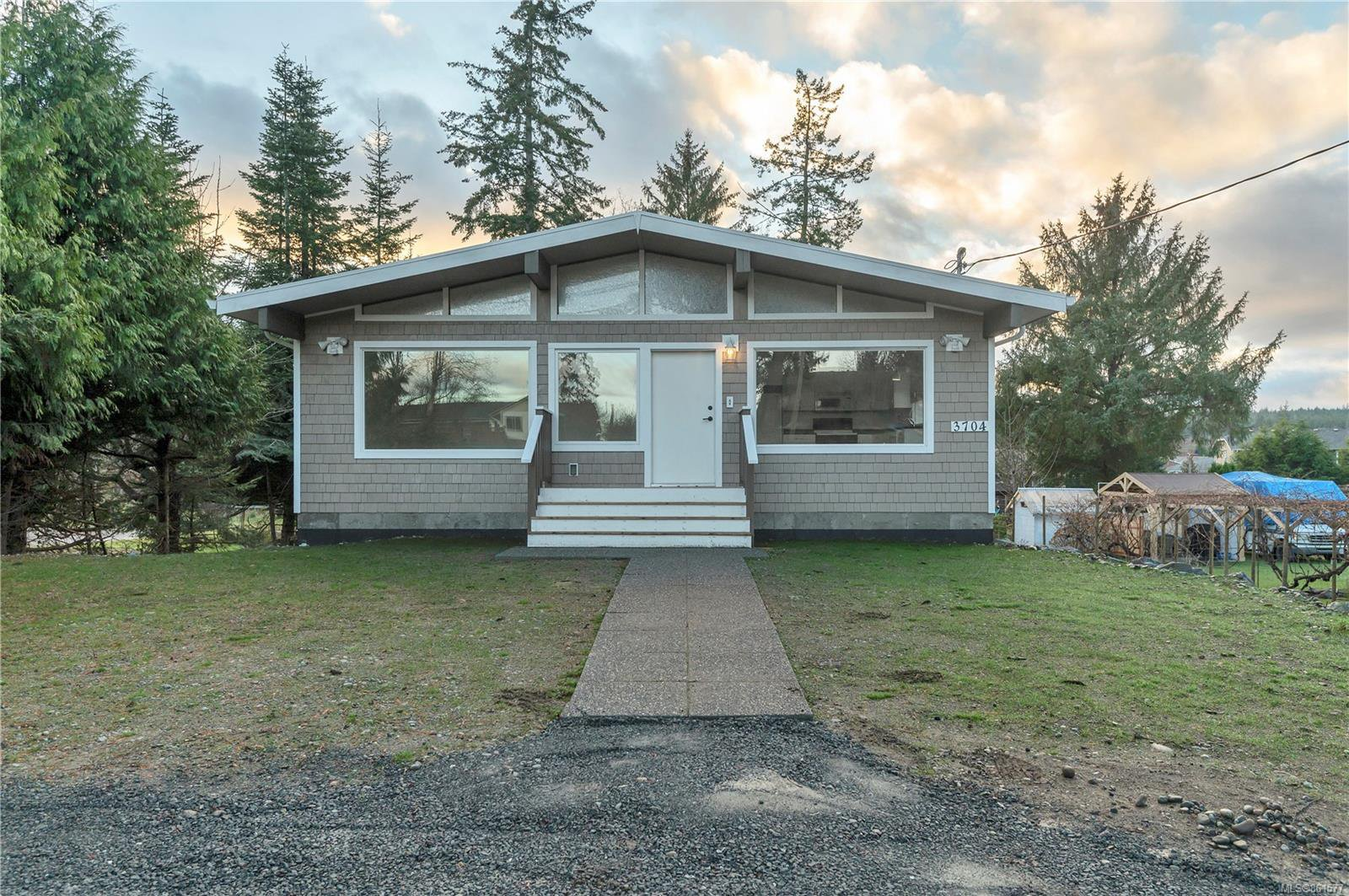 Main Photo: 3704 S Island Hwy in : CR Campbell River South House for sale (Campbell River)  : MLS®# 861577