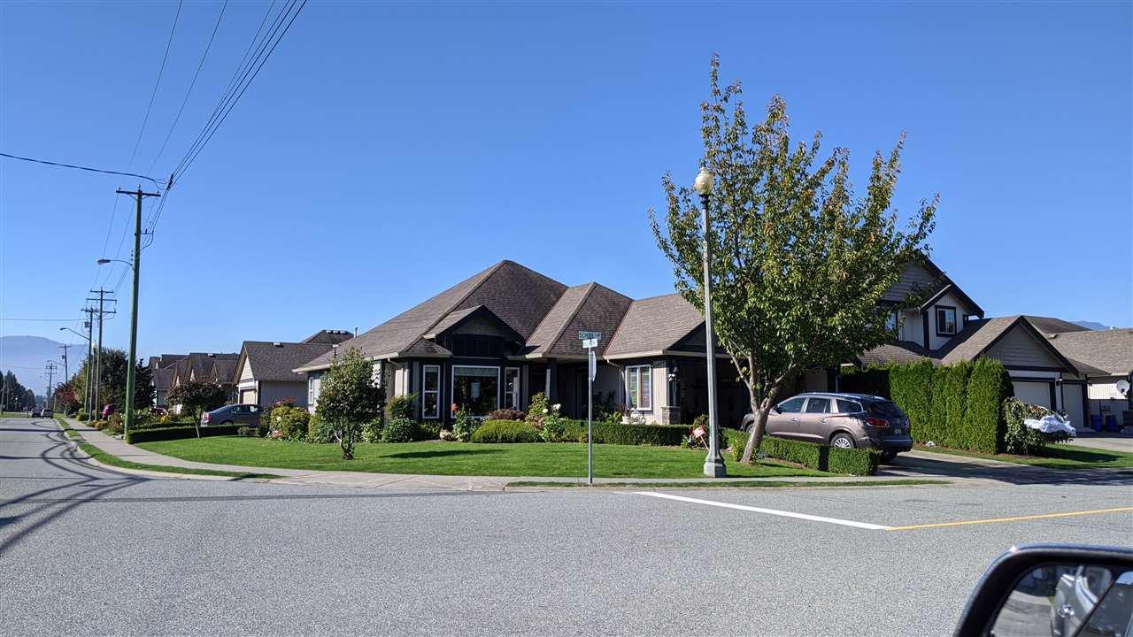 Main Photo: 6651 SCHOOL Lane in Chilliwack: Sardis East Vedder Rd House for sale (Sardis)  : MLS®# R2506633