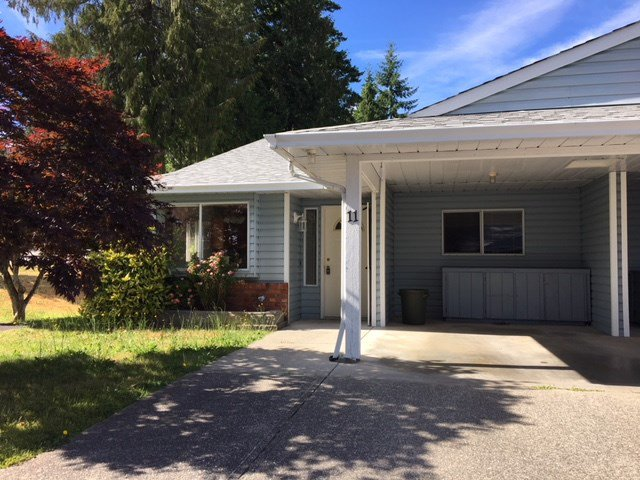 "Main Photo: 11 824 NORTH Road in Gibsons: Gibsons & Area Townhouse for sale in ""TWIN OAKS"" (Sunshine Coast)  : MLS®# R2481809"
