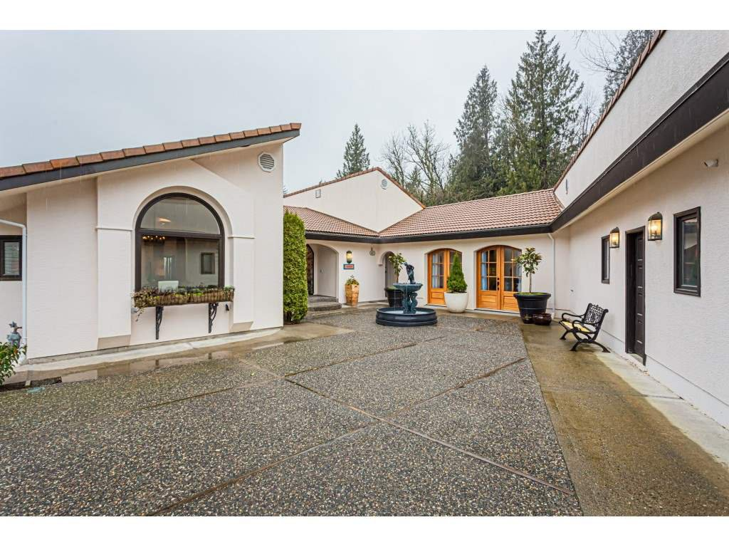 Main Photo: 9947 BLUESTONE Place in Chilliwack: Little Mountain House for sale : MLS®# R2439154