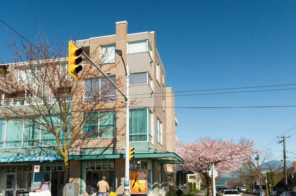 Main Photo: 330 1979 YEW Street in Vancouver: Kitsilano Condo for sale (Vancouver West)  : MLS®# V812728