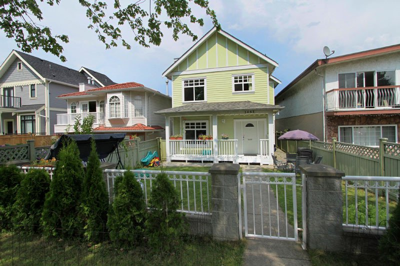"Main Photo: 1053 E 15TH Avenue in Vancouver: Mount Pleasant VE House 1/2 Duplex for sale in ""MOUNT PLEASANT"" (Vancouver East)  : MLS®# V844128"