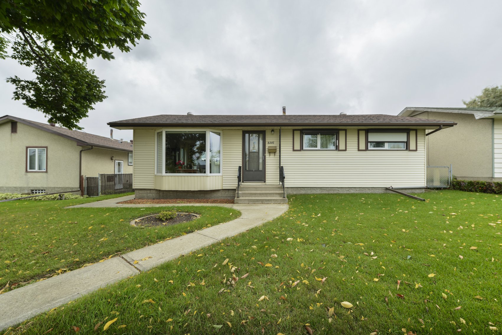Main Photo: 8507 137 Avenue NW in Edmonton: House for sale