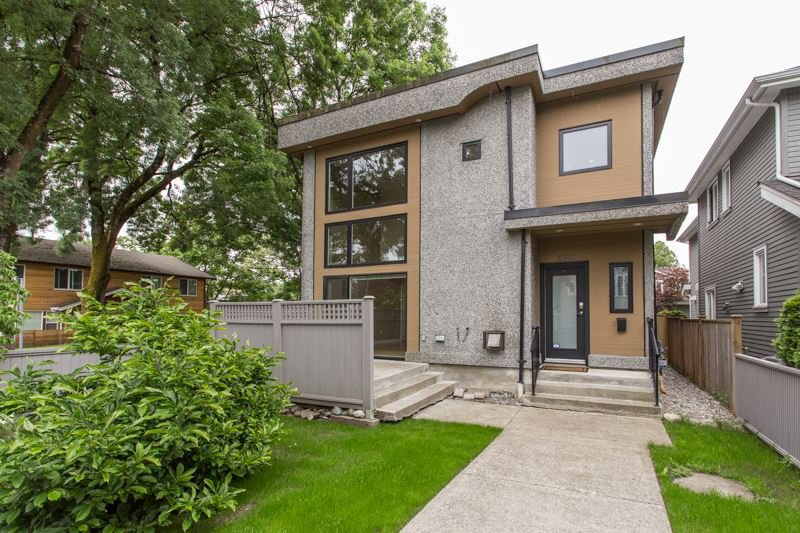 Main Photo: 598 E 16TH Avenue in Vancouver: Fraser VE House 1/2 Duplex for sale (Vancouver East)  : MLS®# R2461051