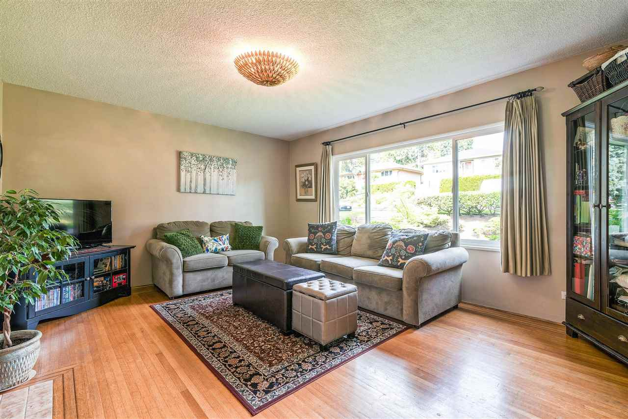 Photo 3: Photos: 116 GLOVER Avenue in New Westminster: GlenBrooke North House for sale : MLS®# R2394361