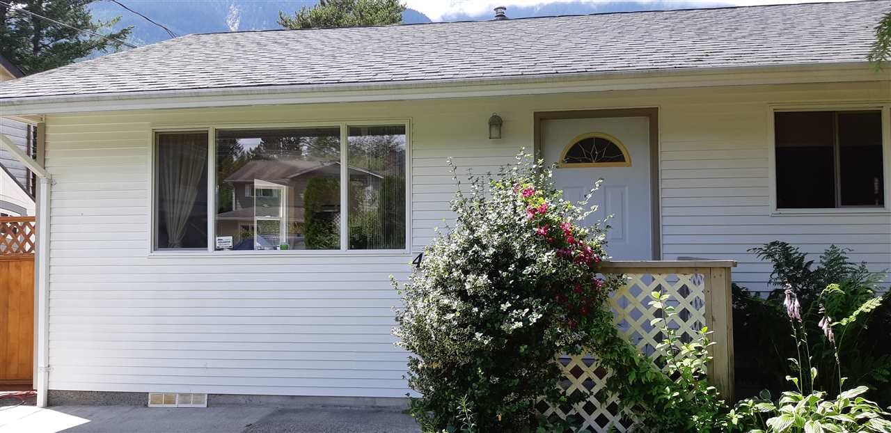 Main Photo: 41551 BRENNAN Road in Squamish: Brackendale 1/2 Duplex for sale : MLS®# R2520579