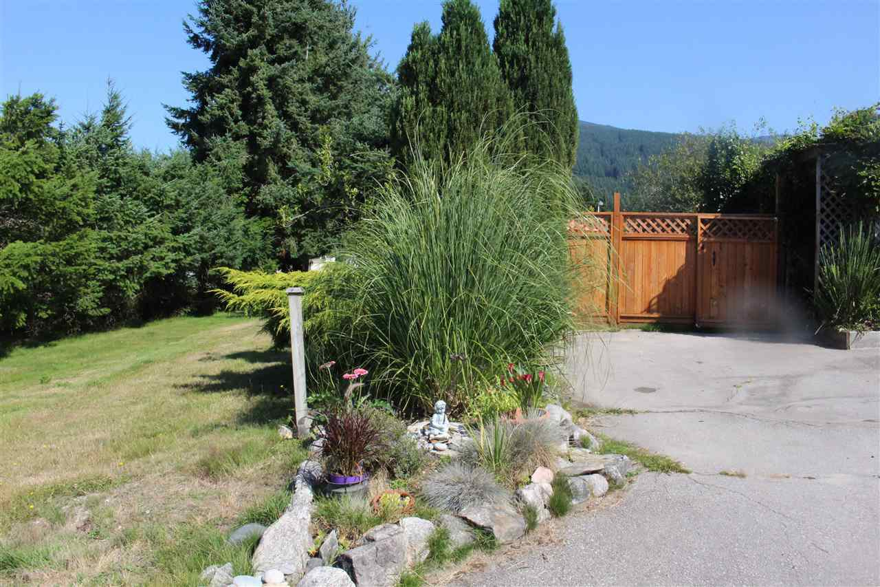 """Photo 4: Photos: 100 1413 SUNSHINE COAST Highway in Gibsons: Gibsons & Area Manufactured Home for sale in """"POPLARS MOBILE HOME PARK"""" (Sunshine Coast)  : MLS®# R2395962"""