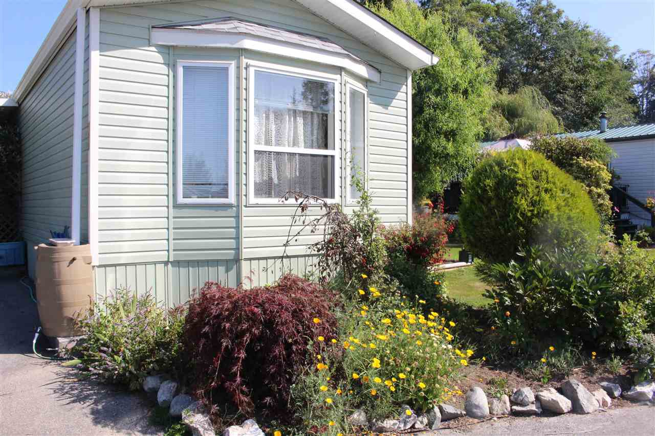"""Photo 3: Photos: 100 1413 SUNSHINE COAST Highway in Gibsons: Gibsons & Area Manufactured Home for sale in """"POPLARS MOBILE HOME PARK"""" (Sunshine Coast)  : MLS®# R2395962"""