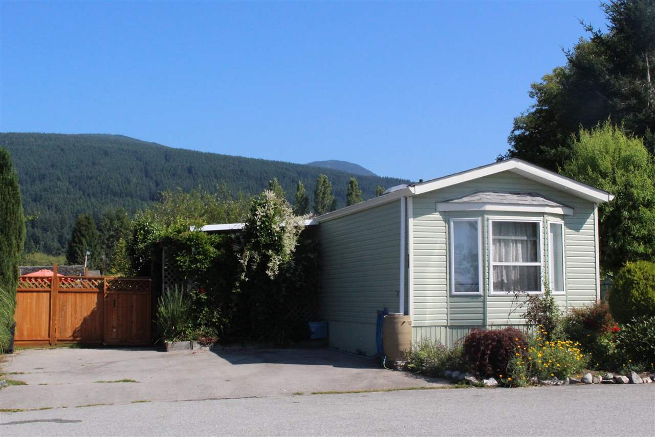 """Photo 2: Photos: 100 1413 SUNSHINE COAST Highway in Gibsons: Gibsons & Area Manufactured Home for sale in """"POPLARS MOBILE HOME PARK"""" (Sunshine Coast)  : MLS®# R2395962"""