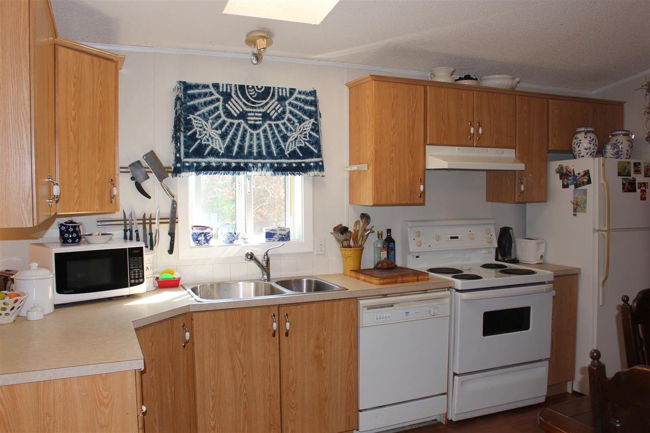 """Photo 10: Photos: 100 1413 SUNSHINE COAST Highway in Gibsons: Gibsons & Area Manufactured Home for sale in """"POPLARS MOBILE HOME PARK"""" (Sunshine Coast)  : MLS®# R2395962"""