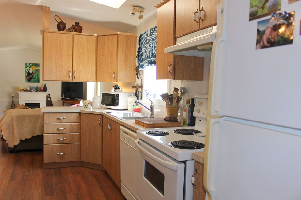 """Photo 11: Photos: 100 1413 SUNSHINE COAST Highway in Gibsons: Gibsons & Area Manufactured Home for sale in """"POPLARS MOBILE HOME PARK"""" (Sunshine Coast)  : MLS®# R2395962"""
