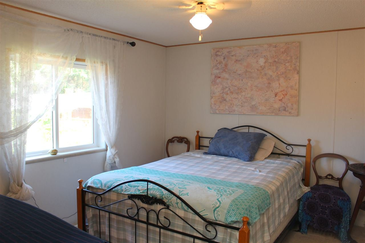 """Photo 13: Photos: 100 1413 SUNSHINE COAST Highway in Gibsons: Gibsons & Area Manufactured Home for sale in """"POPLARS MOBILE HOME PARK"""" (Sunshine Coast)  : MLS®# R2395962"""