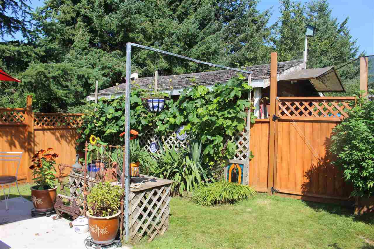 """Photo 19: Photos: 100 1413 SUNSHINE COAST Highway in Gibsons: Gibsons & Area Manufactured Home for sale in """"POPLARS MOBILE HOME PARK"""" (Sunshine Coast)  : MLS®# R2395962"""