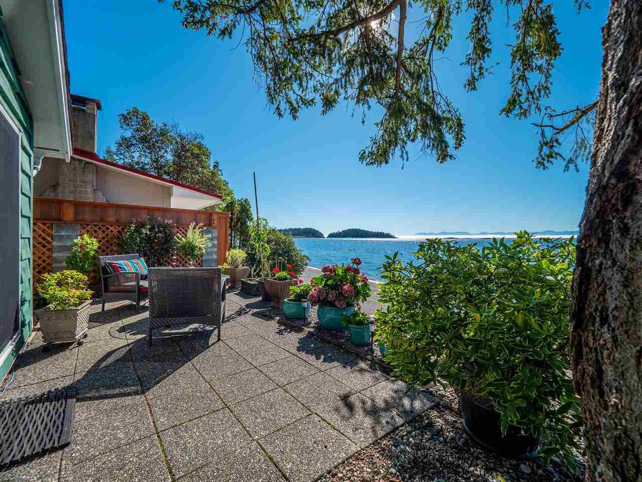 Golden Mile Waterfront - the best pebble beach on the Sunshine Coast according to some people who have lived here a long time!  First time on the market!  Does it get any better than this?