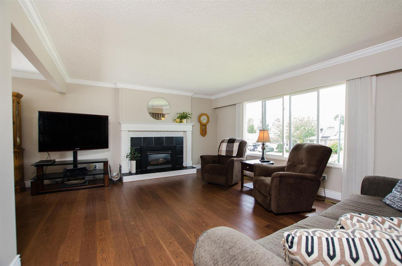 Photo 3: Photos: 5574 49 Avenue in Delta: Hawthorne House for sale (Ladner)  : MLS®# R2388506