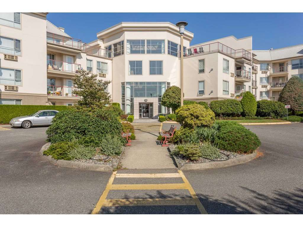 "Main Photo: 304 2626 COUNTESS Street in Abbotsford: Abbotsford West Condo for sale in ""Wedgewood"" : MLS®# R2394623"