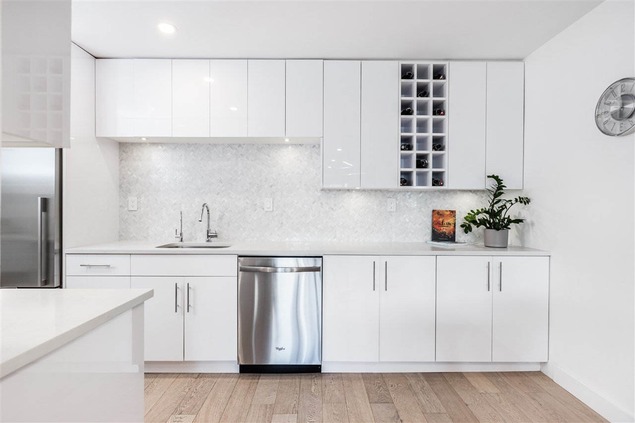 """Main Photo: 304 2935 SPRUCE Street in Vancouver: Fairview VW Condo for sale in """"LANDMARK CAESAR"""" (Vancouver West)  : MLS®# R2410908"""