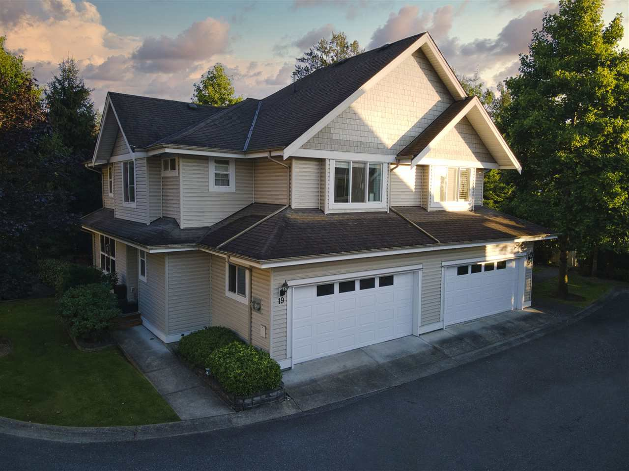 """Main Photo: 19 8568 209 Street in Langley: Walnut Grove Townhouse for sale in """"Creekside Estates"""" : MLS®# R2494218"""