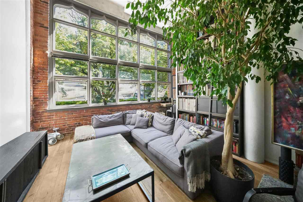 """Photo 2: Photos: 201 2525 QUEBEC Street in Vancouver: Mount Pleasant VE Condo for sale in """"CORNERSTONE"""" (Vancouver East)  : MLS®# R2477033"""