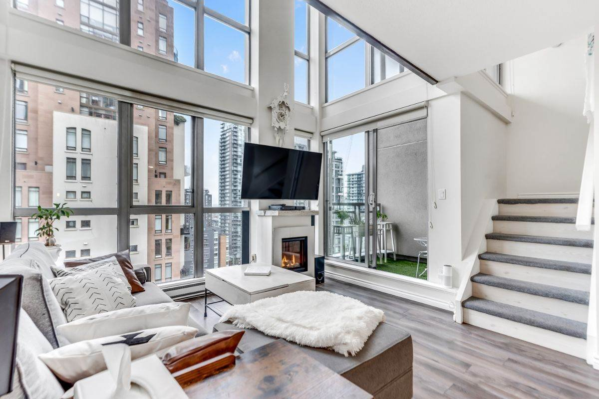 "Main Photo: 1602 1238 RICHARDS Street in Vancouver: Yaletown Condo for sale in ""The Metropolis"" (Vancouver West)  : MLS®# R2517666"