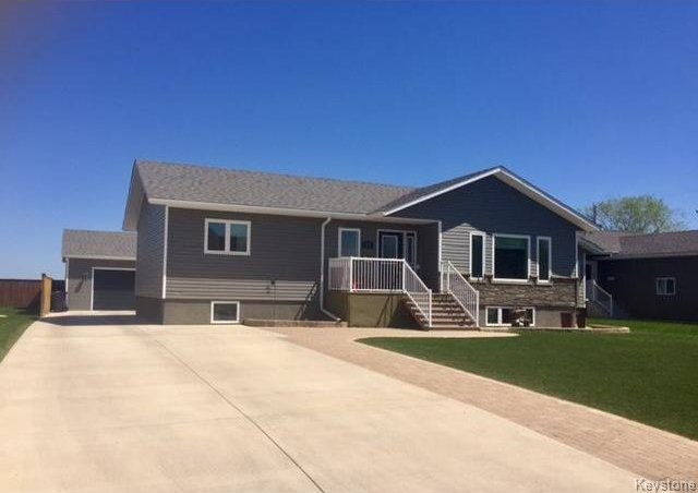 Main Photo: 212 BARKER Street in Dauphin: RM of Dauphin Residential for sale (R30 - Dauphin and Area)  : MLS®# 1713258