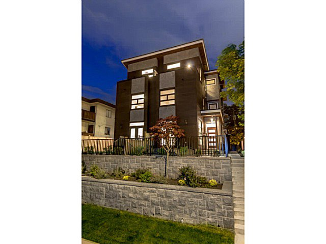 """Main Photo: 39 E 13TH Avenue in Vancouver: Mount Pleasant VE Townhouse for sale in """"Main St Area"""" (Vancouver East)  : MLS®# V1071218"""