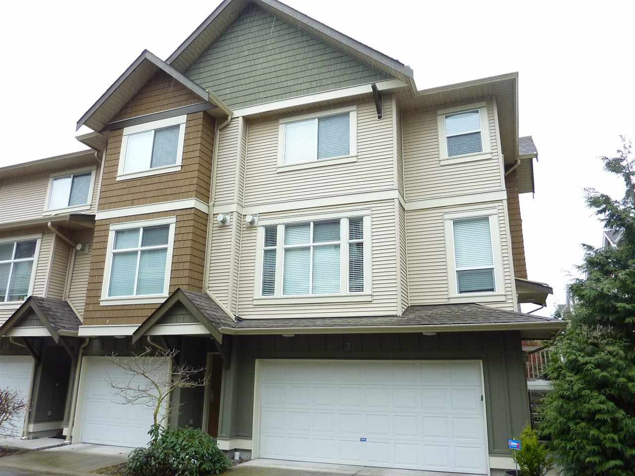"Main Photo: 37 12311 NO 2 Road in Richmond: Steveston South Townhouse for sale in ""FAIRWIND"" : MLS®# R2131898"