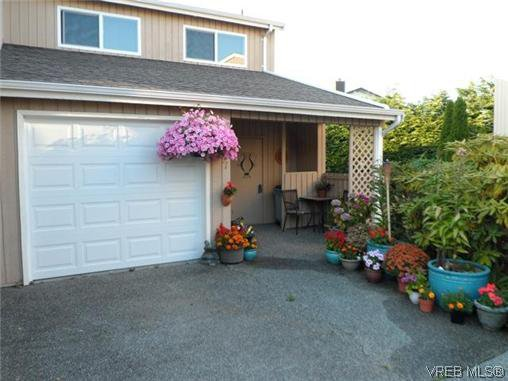 Main Photo: 107 3048 Washington Avenue in Victoria: Vi Burnside Townhouse for sale : MLS®# 317784