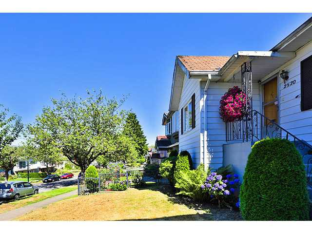 Photo 2: Photos: 2520 E 28TH Avenue in Vancouver: Collingwood VE House for sale (Vancouver East)  : MLS®# V1131801