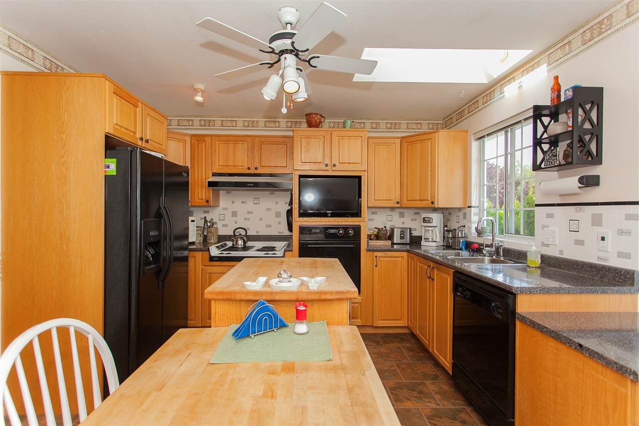 """Photo 7: Photos: 4 13958 72 Avenue in Surrey: East Newton Townhouse for sale in """"Upton Place North"""" : MLS®# R2201610"""