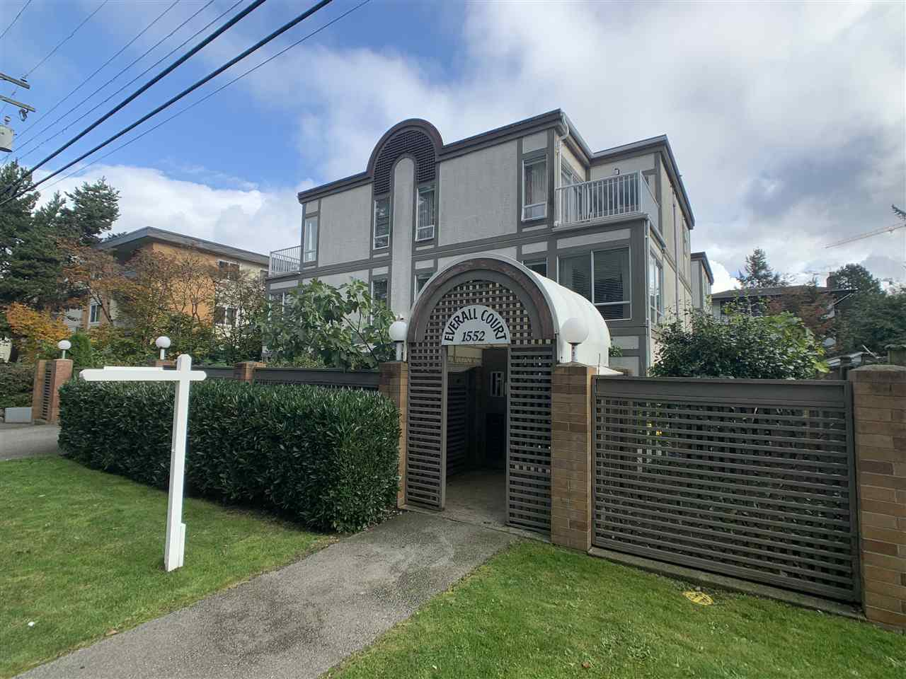 "Main Photo: 5 1552 EVERALL Street: White Rock Townhouse for sale in ""Everall Court"" (South Surrey White Rock)  : MLS®# R2510712"